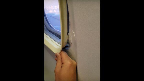 Путник поправља прозор - Sputnik Србија