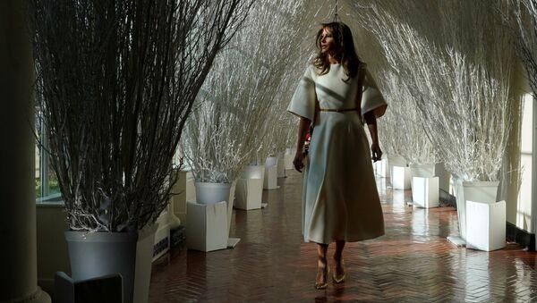 Меланија Трамп показује божићну декорацију у Белој кући. - Sputnik Србија