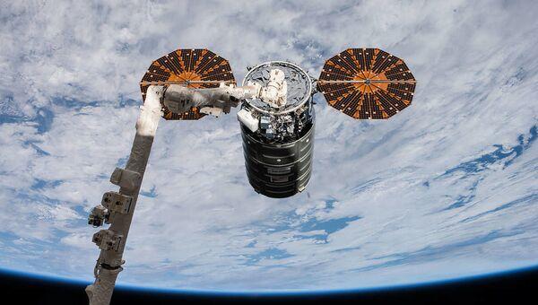 Američki kosmički teretni brod Cygnus tokom pripajanja MSS - Sputnik Srbija
