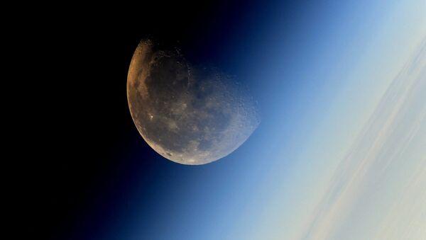 Месец, снимак космонаута Сергеја Рјазанског са Међународне свемирске станице - Sputnik Србија