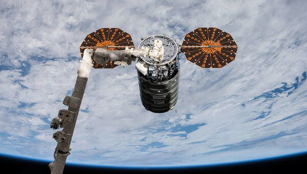 Американский космический грузовик Cygnus во время стыковки с МКС - Sputnik Србија