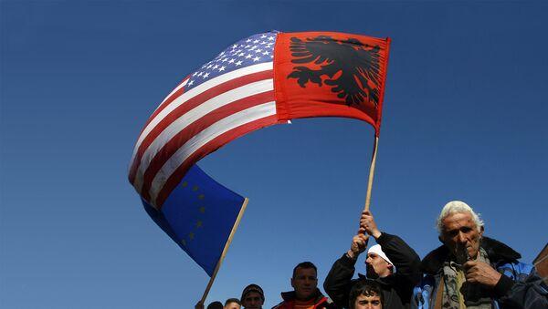 Албанци са КиМ са заставама Албаније, САД и ЕУ - Sputnik Србија