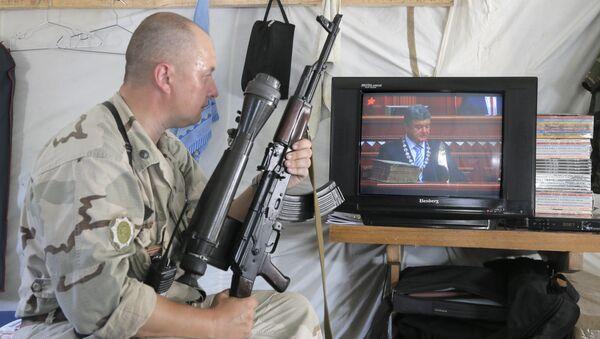 Ukrajinski vojnik gleda predsednika Ukrajine na televiziji - Sputnik Srbija