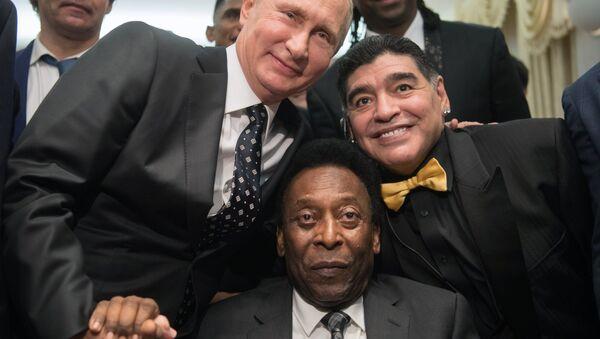 Председник Русије Владимир Путин са фудбалским звездама Дијегом Марадоном и Пелеом - Sputnik Србија