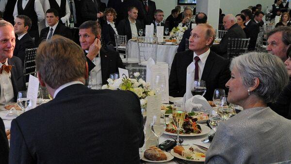 Президент России Владимир Путин и генерал армии США в отставке Майкл Флинн на выставке, посвящённой 10-летию вещания Russia Today - Sputnik Србија