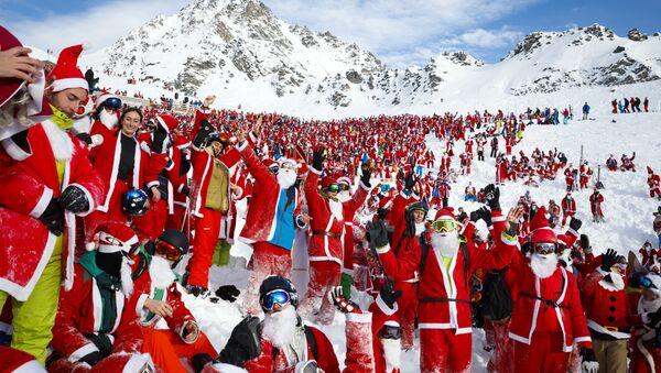 Људи маскирани као Деда Мразеви у швајцарском скијалишту Вербије - Sputnik Србија