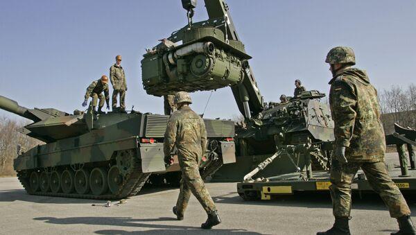 Немачки војници поред тенкова Буфало и Леопард - Sputnik Србија