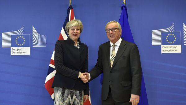 Britanska premijerka Tereza Meji i predsednik Evropske komisije Žan Klod Junker. - Sputnik Srbija