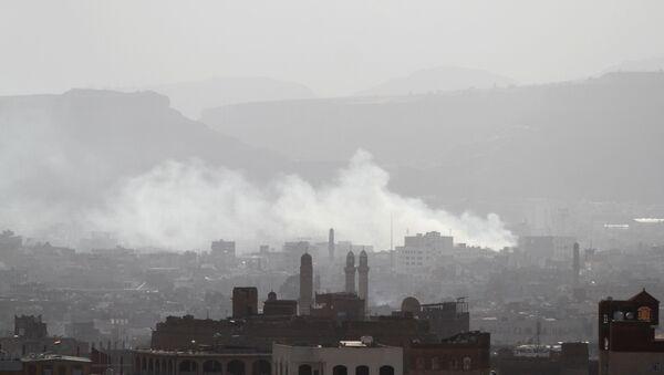 Dim iznad delova Sane u kojima su se huti sukobili sa snagama odanim bivšem predsedniku Jemena Aliju Abdulahu Salehu - Sputnik Srbija