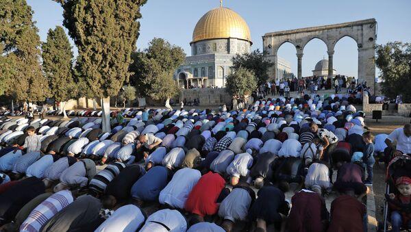 Палестински муслимани у време молитве у џамији Акса у Јерусалиму - Sputnik Србија
