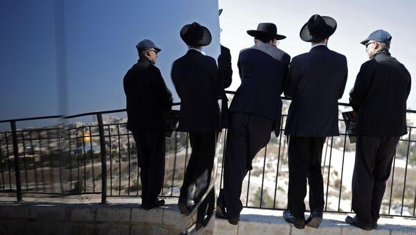 Jevreji na vidikovcu sa kog se prostire pogled na Jerusalim - Sputnik Srbija