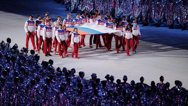 Ruski sportisti nose nacionalnu zastavu na ceremoniji zatvaranja XXII Zimskih olimpijskih igara u Sočiju - Sputnik Srbija