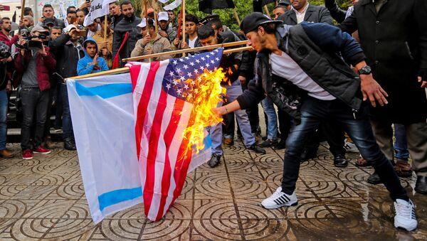 Palestinci pale zastave SAD i Izraela u Gazi - Sputnik Srbija