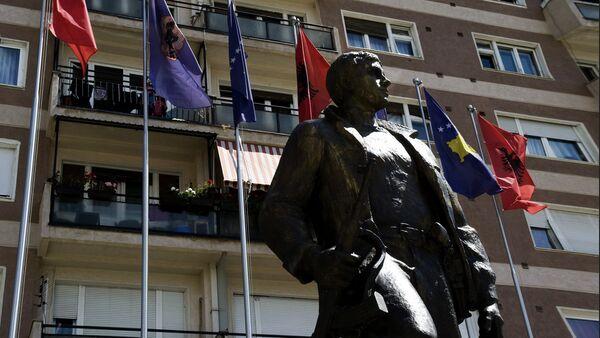 Заставе Албаније, Косово и ЕУ поред споменика борцу ОВК у Приштини. - Sputnik Србија