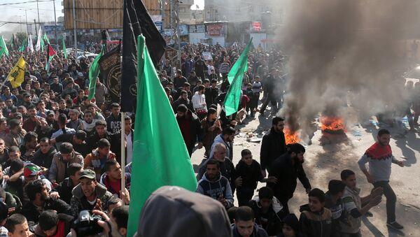 Palestinci pale gume tokom demonstracija u Pojasu Gaze - Sputnik Srbija