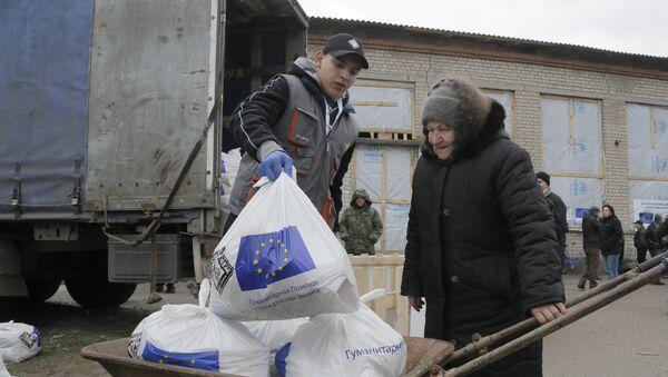 Жена прима хуманитарну помоћ ЕУ у Семјоновки у Источној Украјини - Sputnik Србија