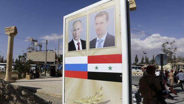 Posteri sa likovima predsednika Rusije i Sirije, Vladimira Putina i Bašara Asada u Palmiri - Sputnik Srbija