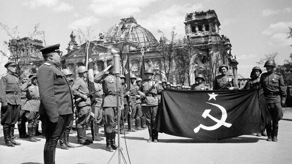 Sovjetski vojnici u Berlinu - Sputnik Srbija