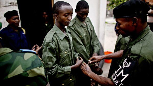 Vojnik Konga stavlja lisice na ruke Eriku Šumbašuu, vojniku optuženom za zločine protiv čovečnosti u gradu Baraka, 17. februara 2011. - Sputnik Srbija
