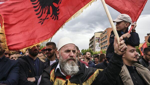 Албанци са заставама Албаније у Приштини - Sputnik Србија