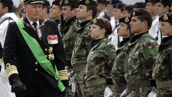 Norveški kralj Harald ispred počasne garde vojske Portugalije u Lisabonu 27. maja 2008. - Sputnik Srbija