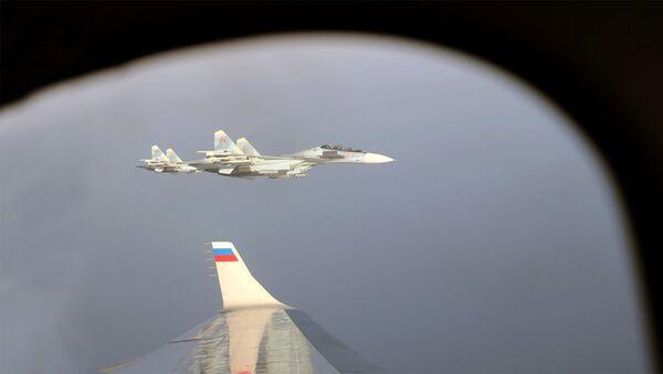 Avion ruskog predsednika Vladimira Putina u pratnji lovca Su-30 - Sputnik Srbija