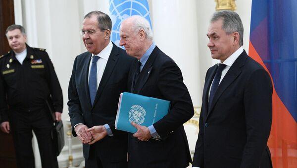 Ministar spoljnih poslova Rusije Sergej Lavrov, specijalni izaslanik UN za Siriju Stafan de Mistura i ministar odbrane Sergej Šojgu - Sputnik Srbija