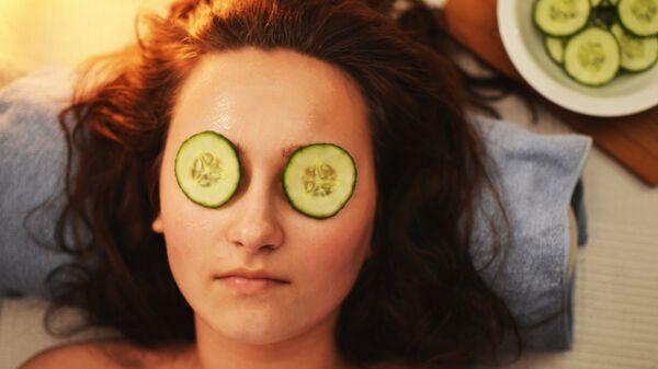 Devojka sa maskom za lice - Sputnik Srbija