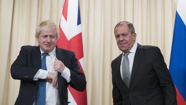 Руски шеф дипломатије Сергеј Лавров и министар спољних послова Велике Британије Борис Џонсон - Sputnik Србија