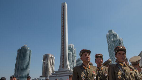 Vojnici severnokorejske vojske na ceremoniji otvaranja novog stambenog kompleksa u Pjongjangu - Sputnik Srbija