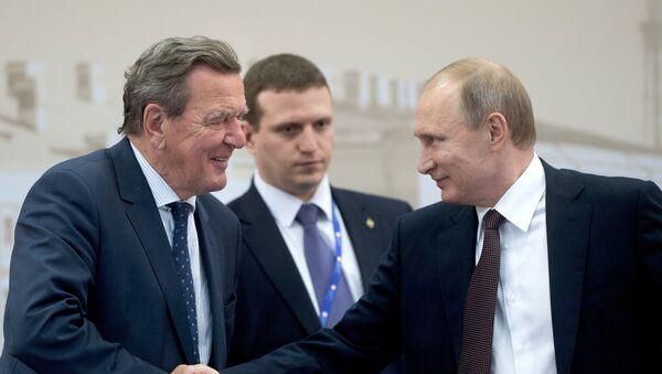 Bivši nemački kancelar Gerhard Šreder i predsednik Rusije Vladimir Putin na 20. Peterburškom ekonomskom forumu - Sputnik Srbija
