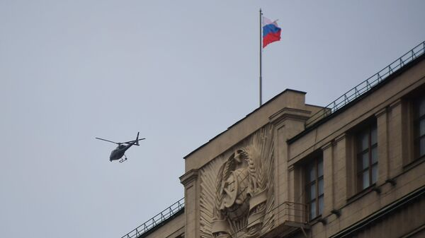 Helikopter leti iznad zgrade Državne dume Rusije - Sputnik Srbija