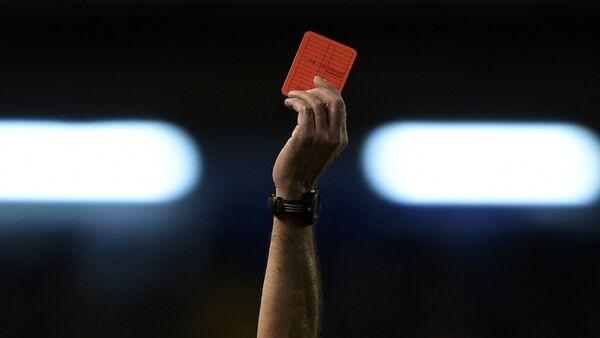 Argentinski fudbalski sudija Dijego Abal pokazuje crveni karton - Sputnik Srbija