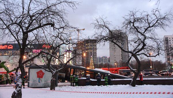 Припадници Министарства за ванредне ситуације евакуишу аутобус који је улетео у подземни пролаз метроа у Москви - Sputnik Србија