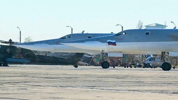 Bombarderi Tu-22M3 ruskog vazduhoplovstva pre poletanja u napad na teroriste u Abu Kemalu - Sputnik Srbija