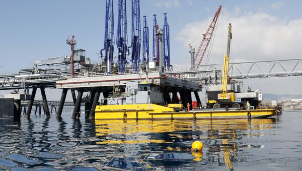 A picture taken on March 24, 2015 shows the jetty at the oil storage terminal of VTT Vasiliko Ltd (VTTV) at the port of Vasilikos in the coastal southern Cypriot town of Mari. - Sputnik Србија