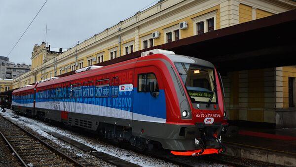 Voz koji je ujutru iz Beograda krenuo za Kosovsku Mitrovicu, a zaustavljen je posle podne u Raškoj. - Sputnik Srbija