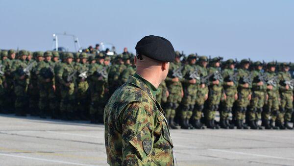 Српска војска супер војника постројена на аеродрому у Батајници. - Sputnik Србија