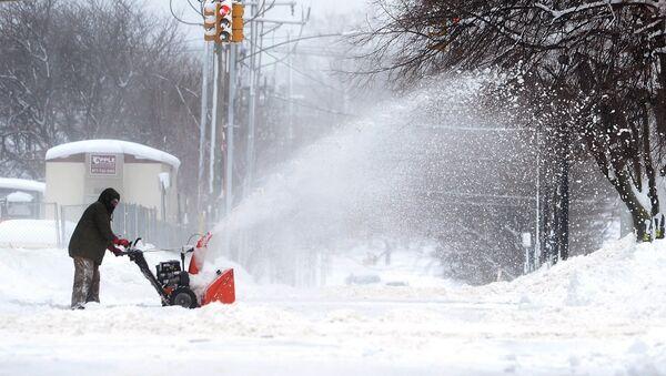 Човек чисти снег у Пенсилванији - Sputnik Србија