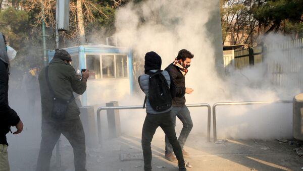 Iranski studenti tokom demonstracija u Teheranu - Sputnik Srbija