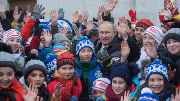 Владимир Путин окружен децом - Sputnik Србија