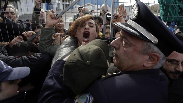 Мигранти се сукобљавају са полицијом у Грчкој - Sputnik Србија