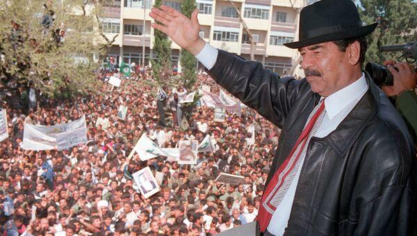 Nekadašnji irački predsednik Sadam Husein maše okupljenim pristalicama u Kirkuku - Sputnik Srbija