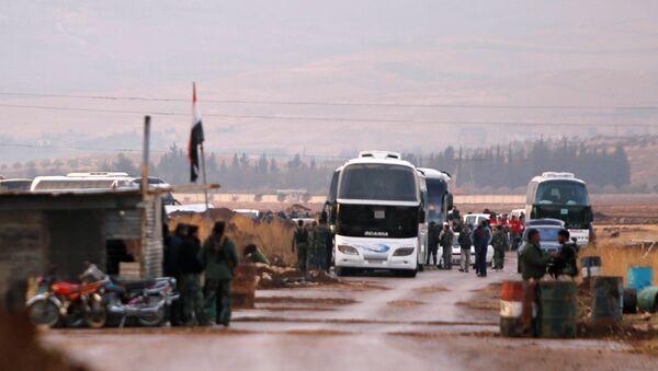 Побуњеници и цивили укрцавају се у аутобусе којима ће се евакуисати из Бејт Џана у Сирији - Sputnik Србија
