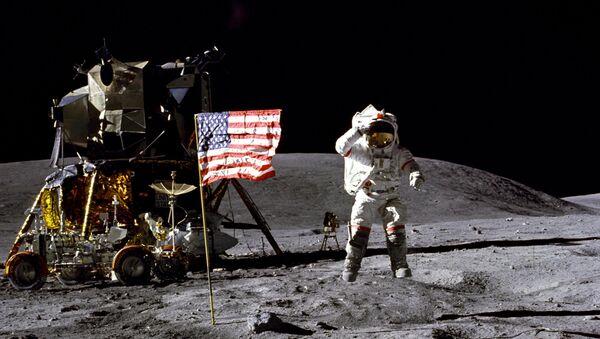 Astronaut Džon Jang na površini Meseca - Sputnik Srbija
