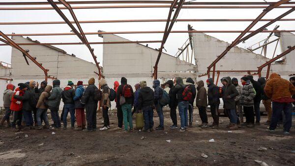 Мигранти стоје у реду за храну у напуштеној фабрици у близини хрватске границе у Шиду - Sputnik Србија