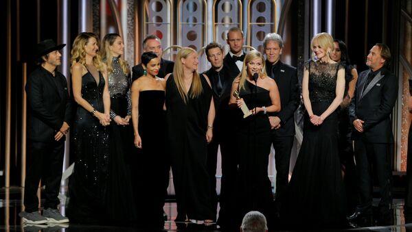 Глумци на подијуму током доделе награде Златни глобус за најбољу телевизијску серију у Лос Анђелесу - Sputnik Србија