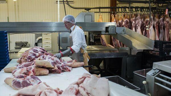 Obrada svinjskog mesa u mesari u Omskoj oblasti - Sputnik Srbija