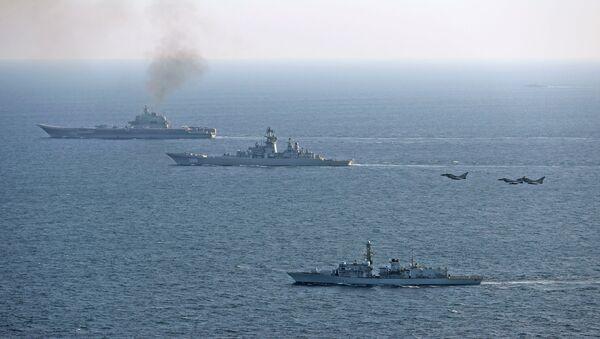Британски брод Ст. Албанс и авиони британске морнарице прате руске бродове Петар Велики (у средини) и Адмирал Кузњецов (у задњем плану). - Sputnik Србија