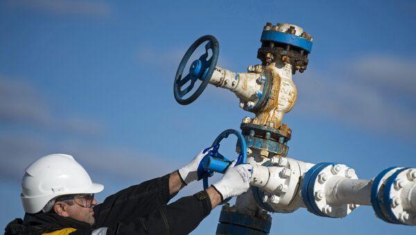 Радник на налазишту гаса у Јамало-Ненецком округу у Русији - Sputnik Србија